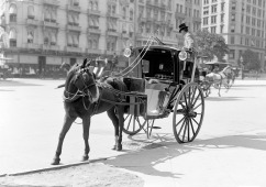 View of a hansom cab, parked at the sidewalk, near Madison Square, New York, 1900s. (Photo by PhotoQuest/Getty Images)